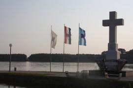 Kriz i zastave na rijeki u Vukovaru