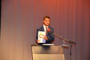 """Ivan Rotter sa školskom knjigom """"Povijest Gradišćanskih Hrvatov"""""""